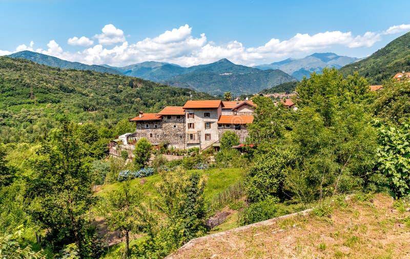 Liten bergby av Bassola, liten by av Armeno, Piedmont, Italien royaltyfri bild
