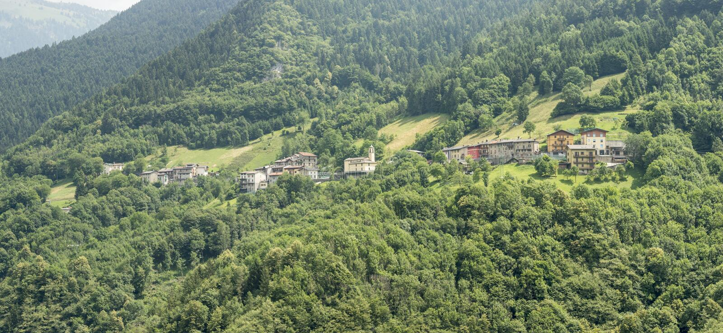Liten bergby, Azzone di Scalve, Italien royaltyfria bilder