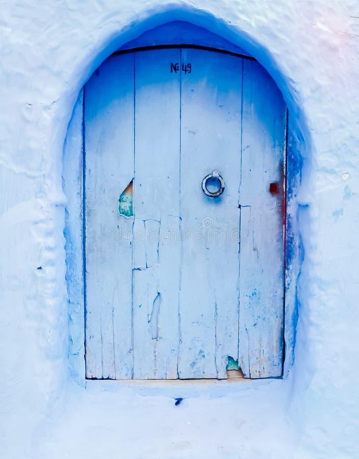 Liten blå dörr arkivbild