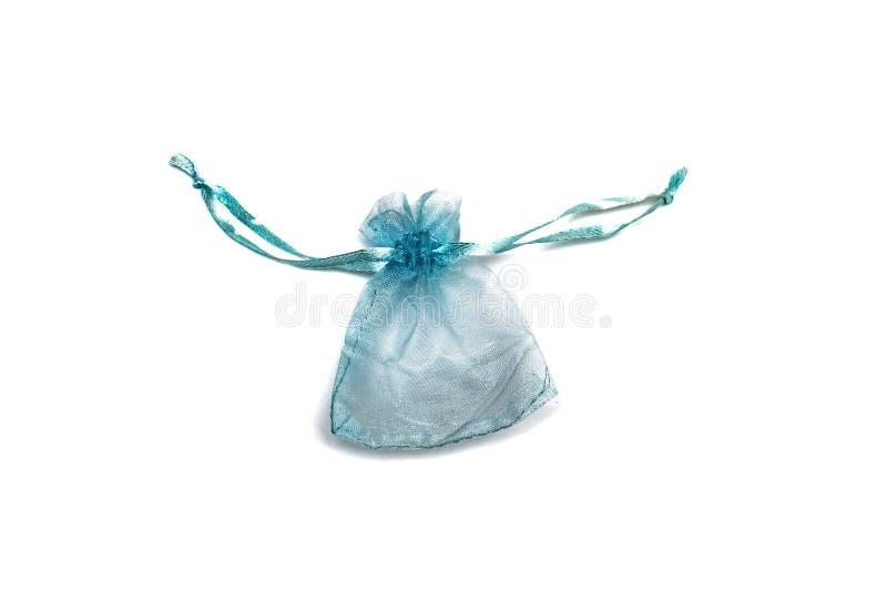 Liten blå gåvapåse, isolat på en vit bakgrund royaltyfri bild