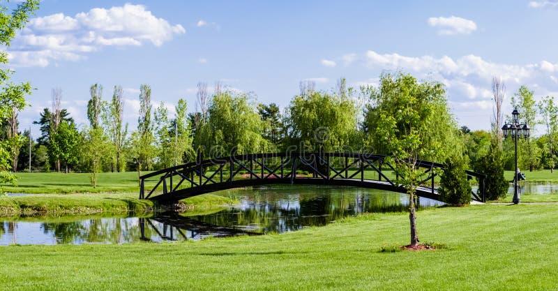 Liten bro över ett damm arkivfoton
