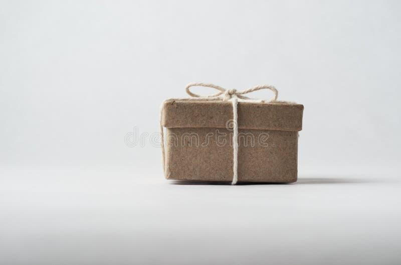 Liten brun packe som binds med rad arkivfoto