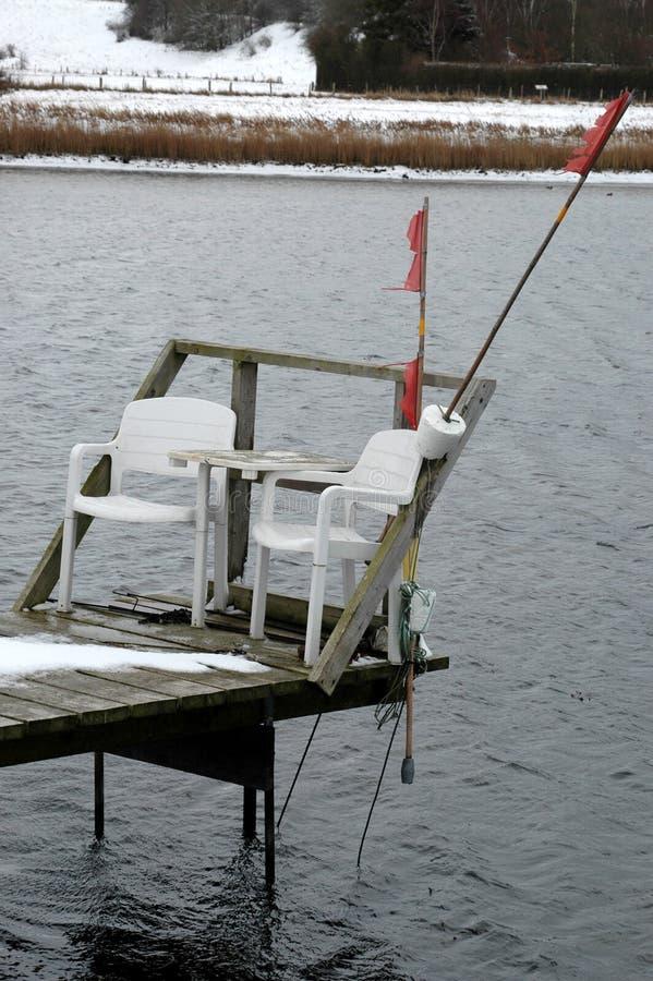 Liten brygga med två stolar arkivfoton