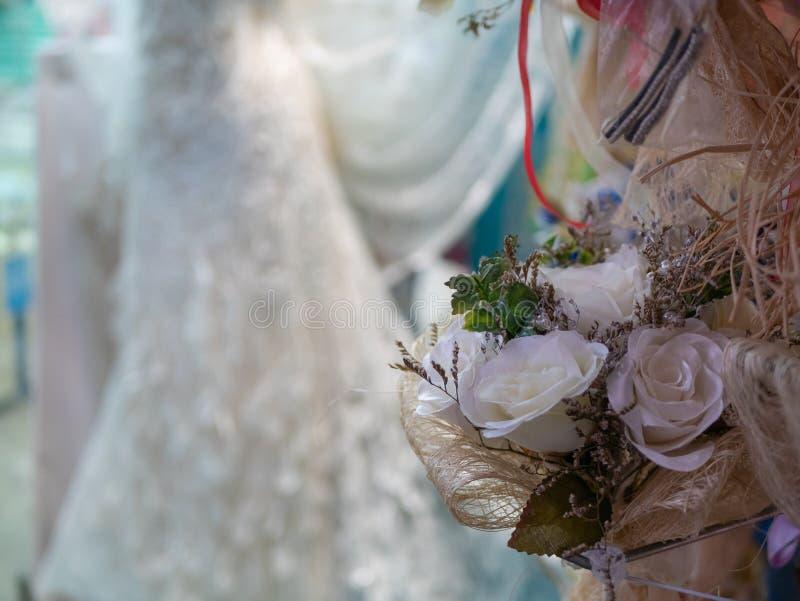 Liten bukett av vita rosor för att gifta sig royaltyfri bild