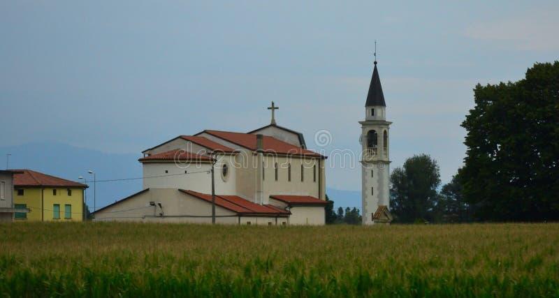 Liten bykatolsk kyrkaVeneto region Italien arkivfoton