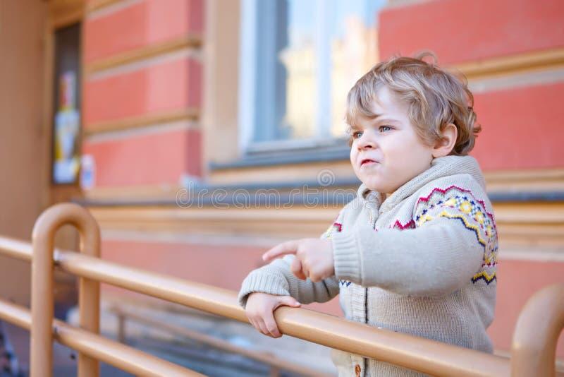 Liten caucasian litet barnpojke som har gyckel, utomhus fotografering för bildbyråer