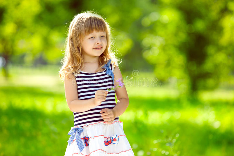 liten charmig flicka utomhus arkivfoton