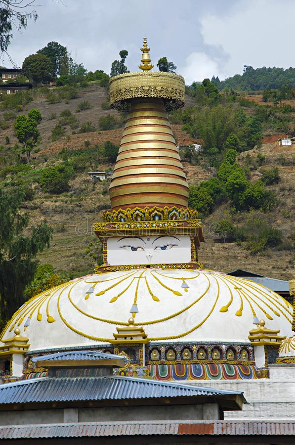Liten chortens eller minnesmärke med ögon som målas på den På vägen till Dzong Punakha royaltyfria foton