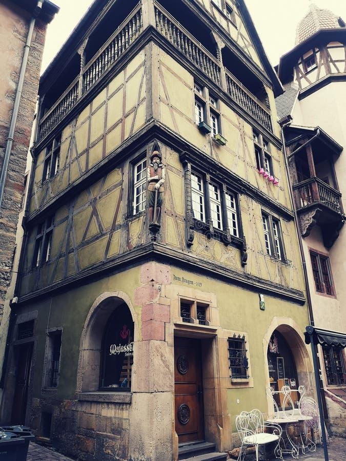 Liten coffee shop i gammalt periodhus i staden av Colmar, Alsace, Frankrike arkivbild