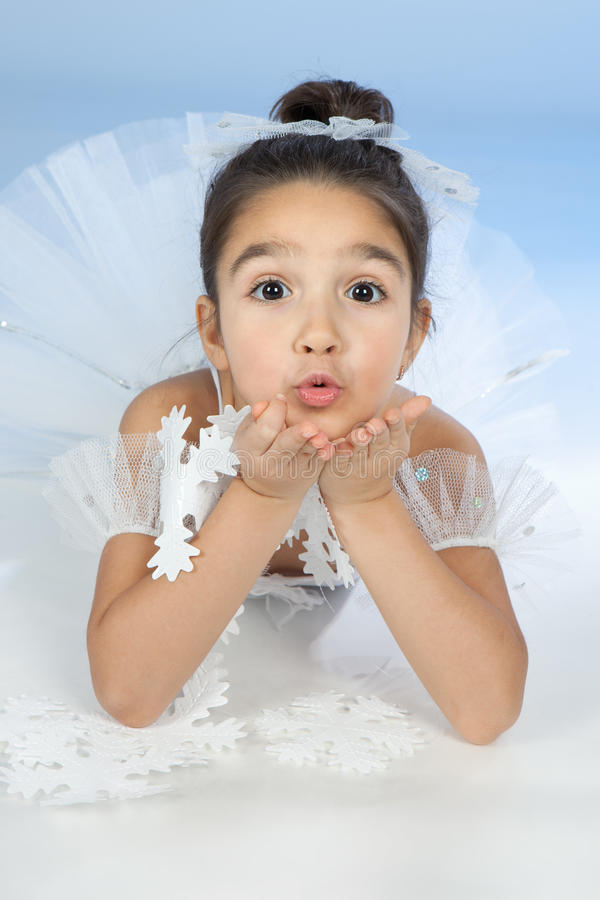 Liten dansare, ballerina i den vita klänningen över blue arkivfoto
