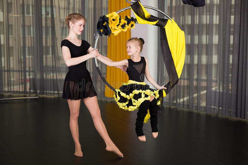 Liten dansare i en akrobatisk cirkel royaltyfria foton