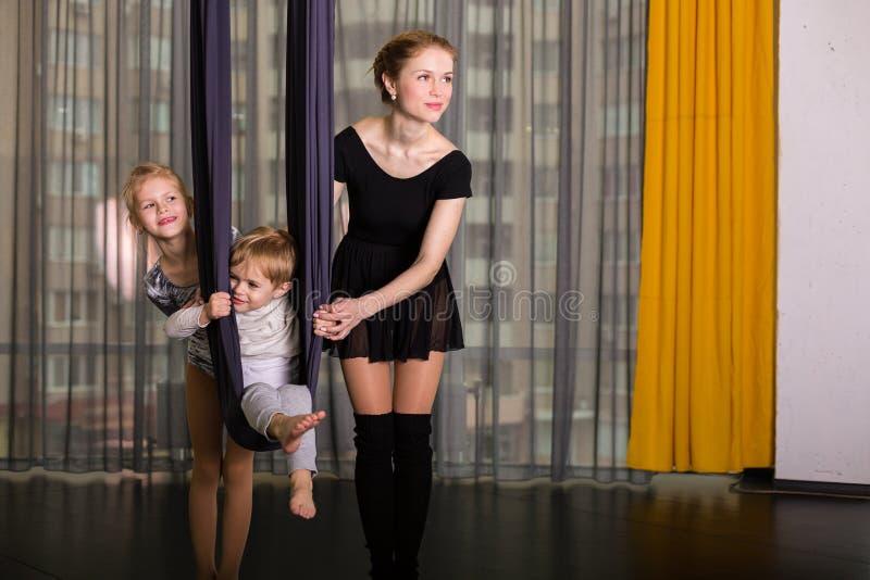 Liten dansare i en flyg- yogahängmatta royaltyfria bilder