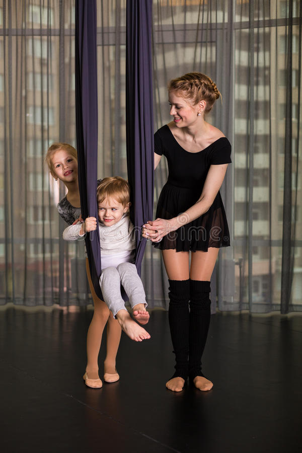 Liten dansare i en flyg- yogahängmatta arkivfoton