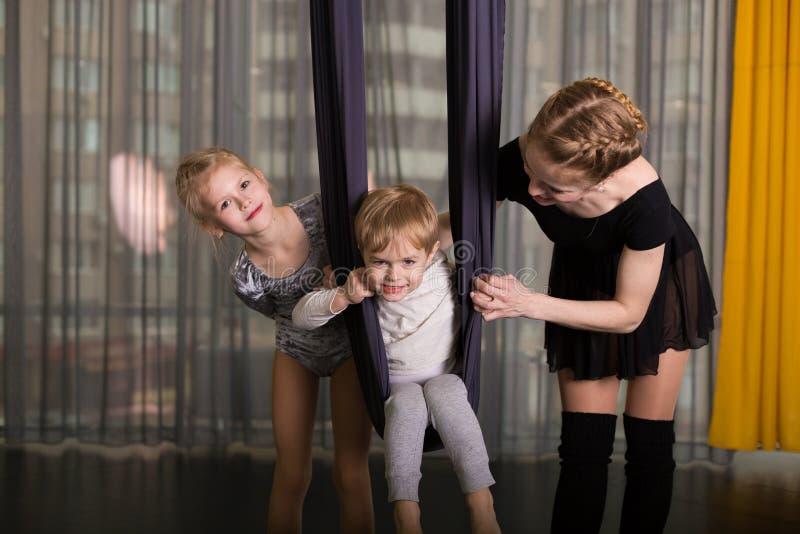 Liten dansare i en flyg- yogahängmatta royaltyfri foto