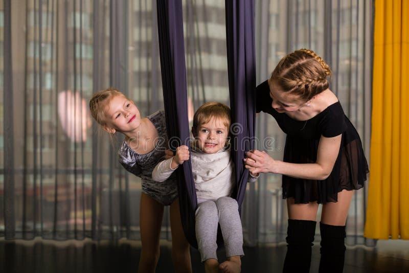 Liten dansare i en flyg- yogahängmatta arkivbild