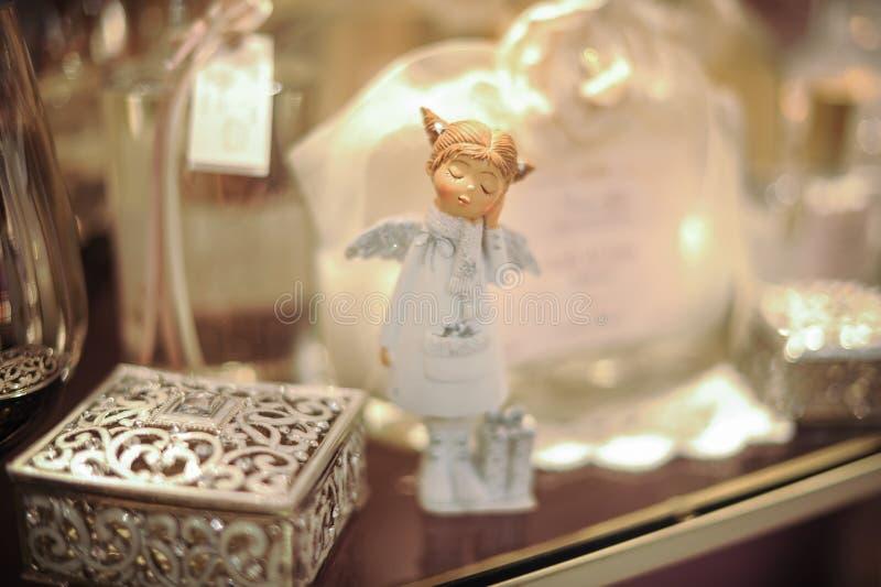 Liten dekorativ ängel på hylla arkivfoton
