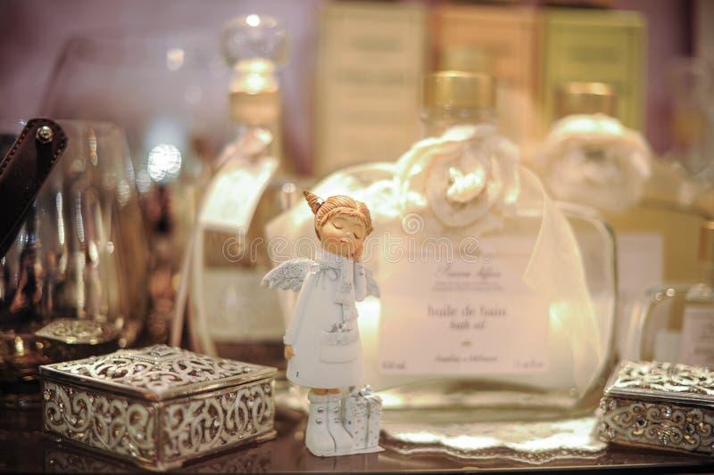 Liten dekorativ ängel på hylla royaltyfri fotografi
