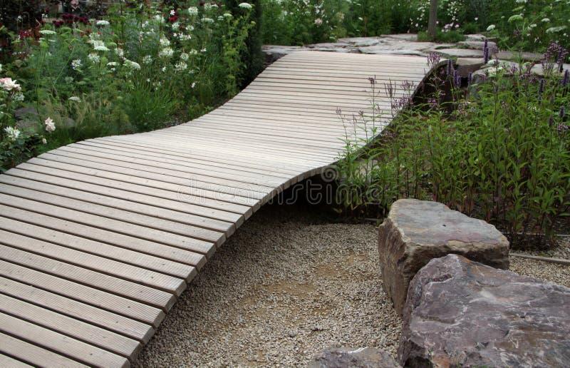Liten dekorativ trädgårds- bro royaltyfri bild