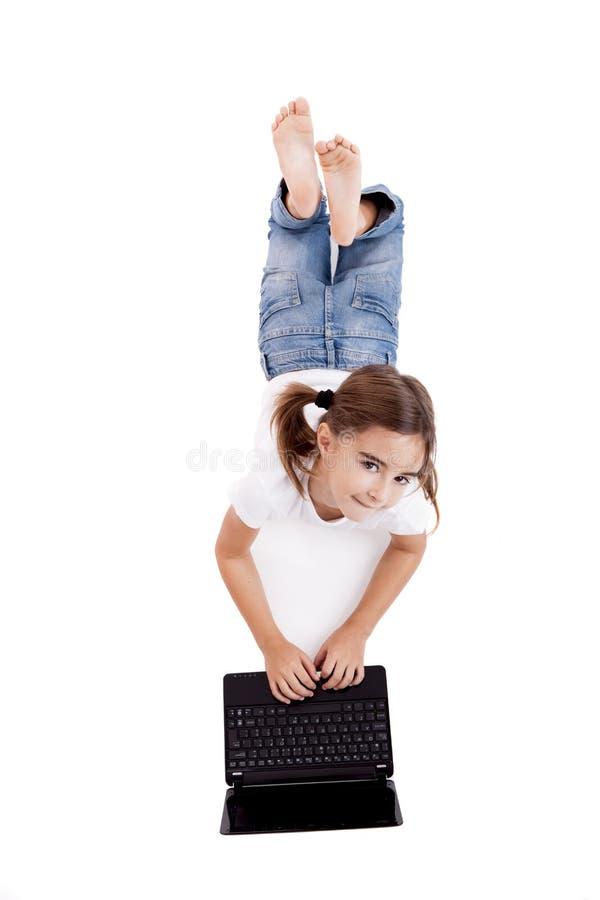 liten deltagare för flickabärbar dator royaltyfri fotografi