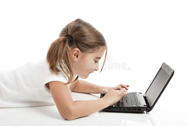 liten deltagare för flickabärbar dator arkivfoton