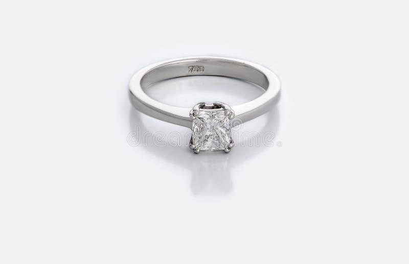 Liten Diamond Solitaire Engagement eller vigselring royaltyfri fotografi