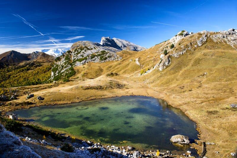 Liten dolomitic Valparola sjö, Valparola passerande, Dolomites, Italien royaltyfria foton