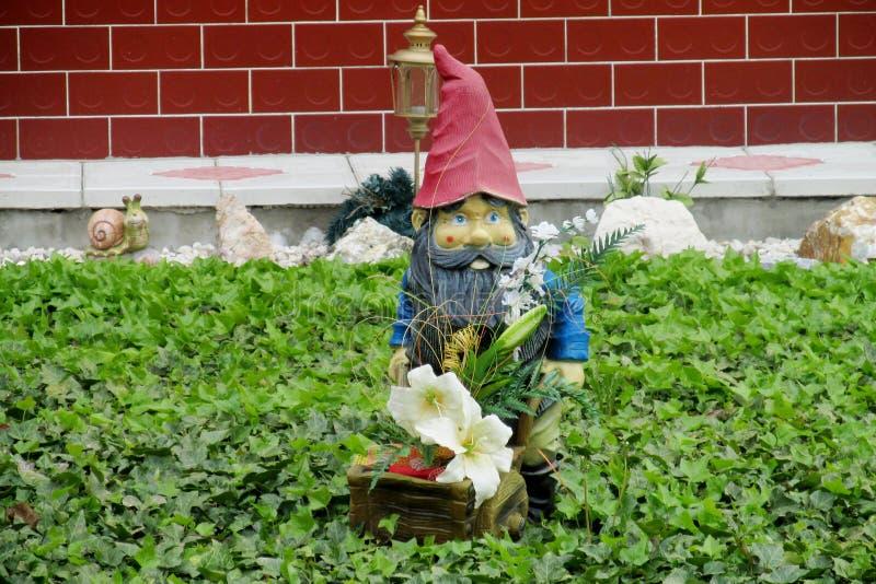 Liten dvärg- staty i trädgården stock illustrationer