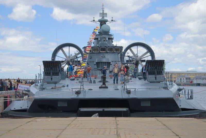 Liten Evgeny Kocheshkov för ` för skepp för amfibisk anfall ` på pir arkivbild