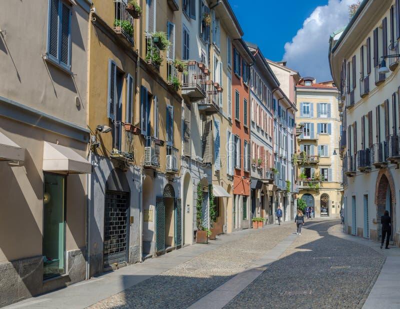 Liten färgglad gata i det trendiga området av Brera i Milan royaltyfria bilder