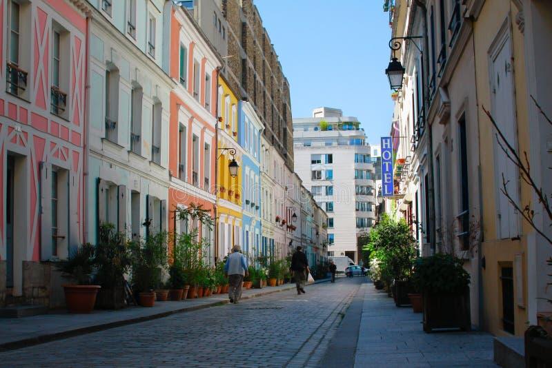 Liten färgrik gata i Paris arkivfoto