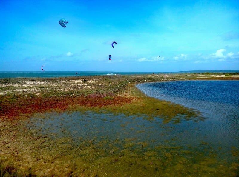 Liten färgrik lagun i Sri Lanka med drakar i bakgrund fotografering för bildbyråer