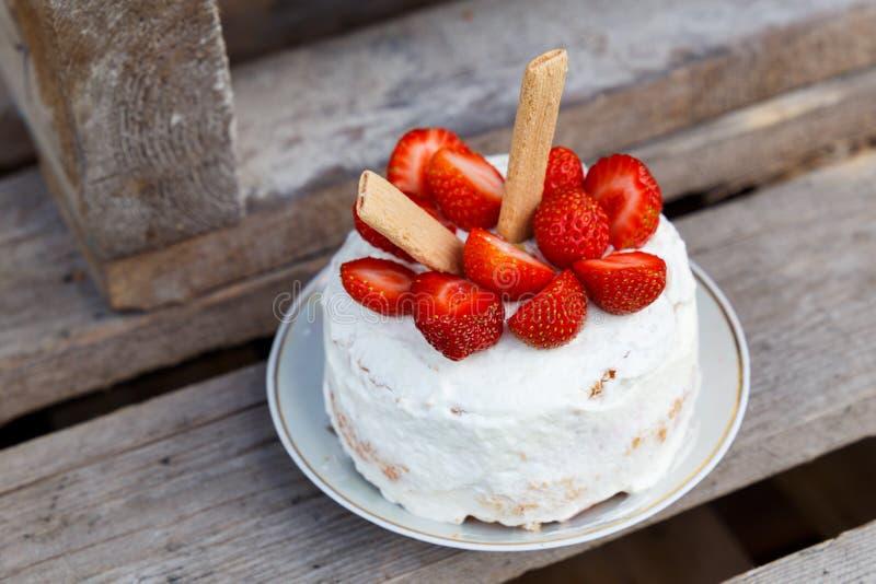liten födelsedagcake fotografering för bildbyråer