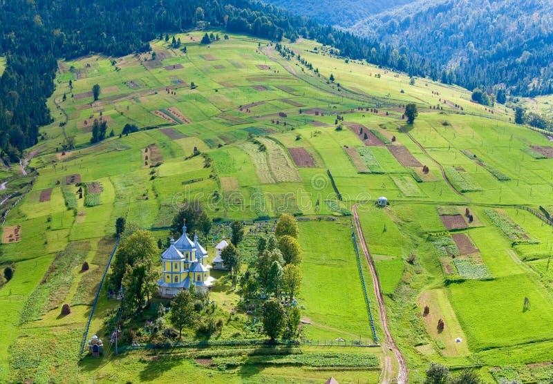 liten by för kyrkligt berg arkivfoton