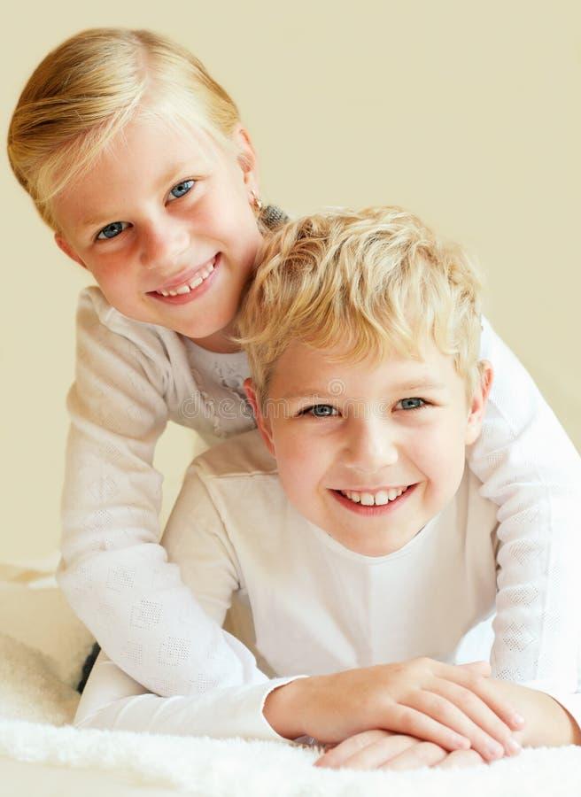 Liten för syskongrupp för evigt tillsammans fotografering för bildbyråer