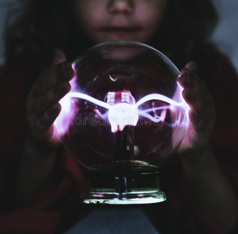 Liten förmögenhetkassör med en plasmaboll fotografering för bildbyråer