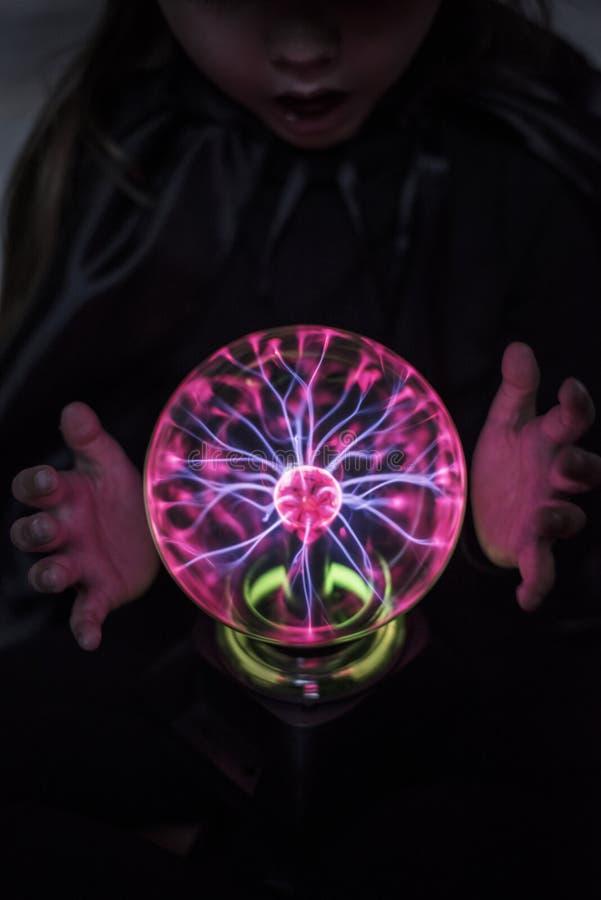 Liten förmögenhetkassör med en plasmaboll royaltyfri bild