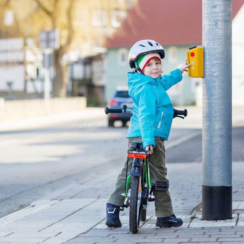 Liten förskole- ungepojkeridning med hans första gröna cykel royaltyfria foton