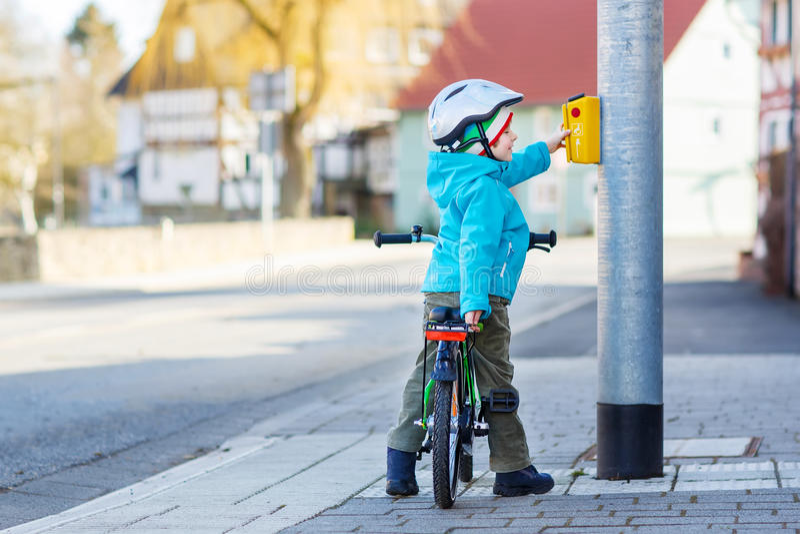 Liten förskole- ungepojkeridning med hans första gröna cykel arkivfoton