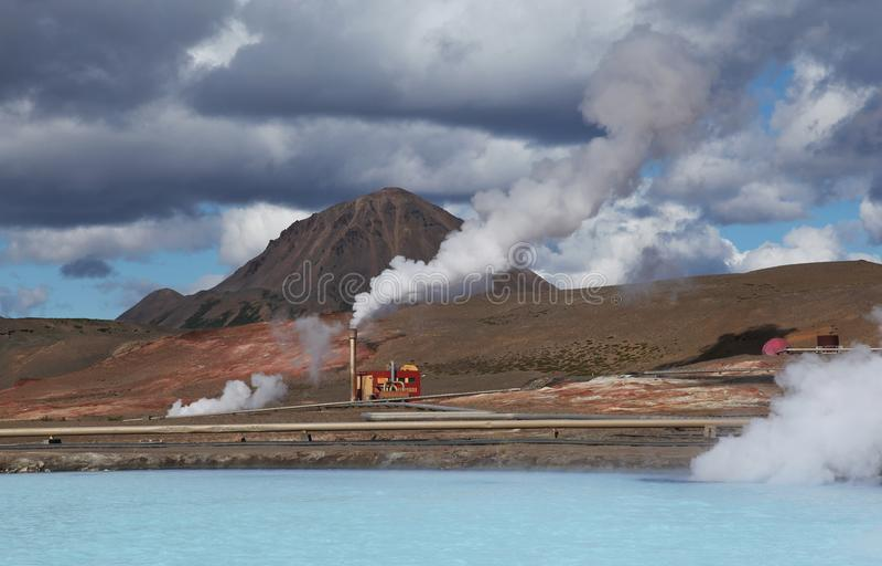 Liten fabrik på den blåa sjön nära Hot Springs Namafjall royaltyfria bilder