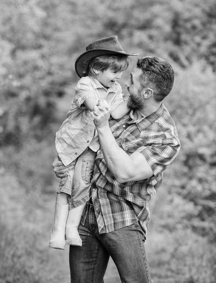 liten fader f?r pojkebarnhj?lp, i att bruka r unge i gummist?veler lycklig manfarsa in royaltyfria foton