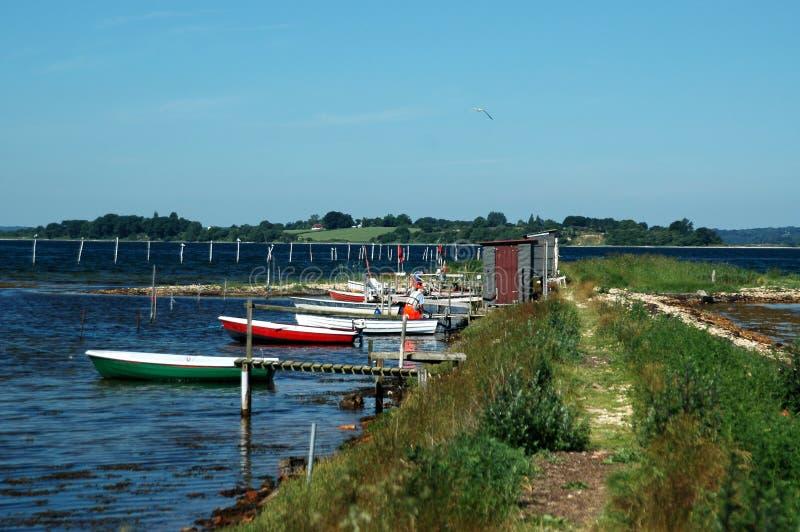 Liten fiska liten by med fartyg royaltyfri bild