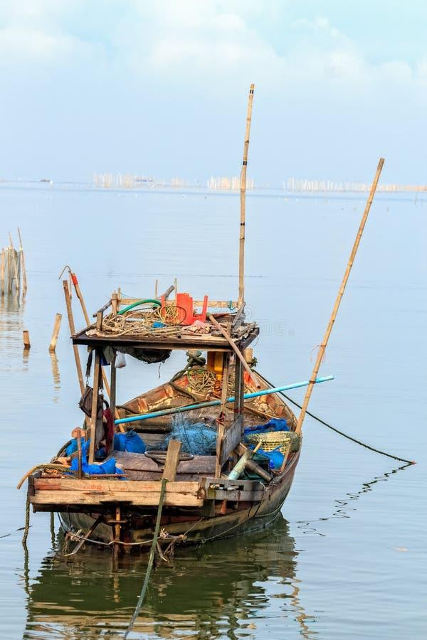 Liten fiskare Boat med traditionella fiskehjälpmedel royaltyfria bilder