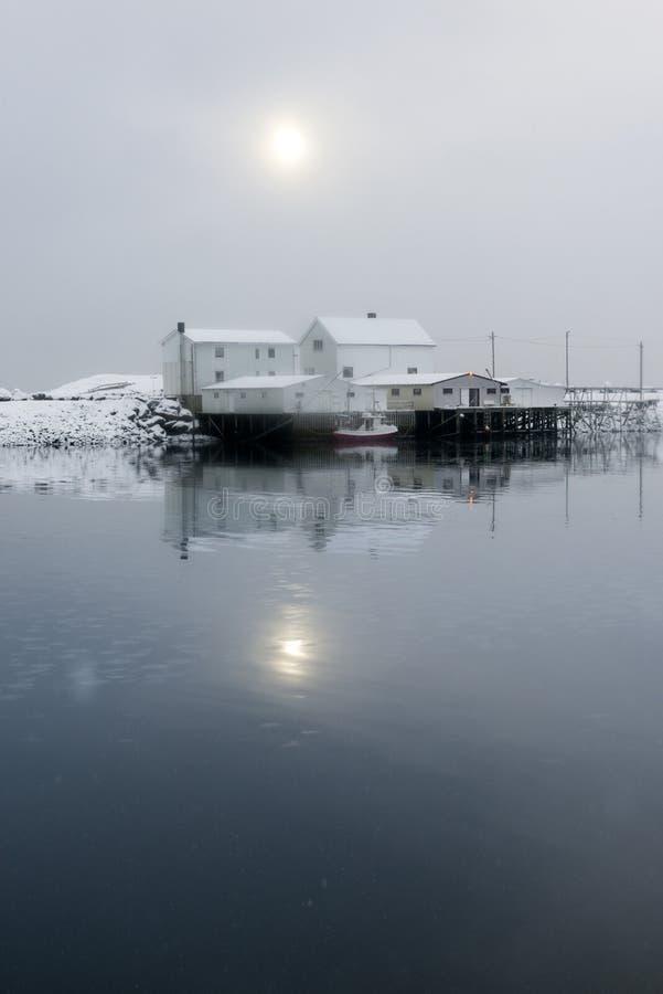 Liten fiskestation på Lofoten öar, Norge royaltyfria bilder