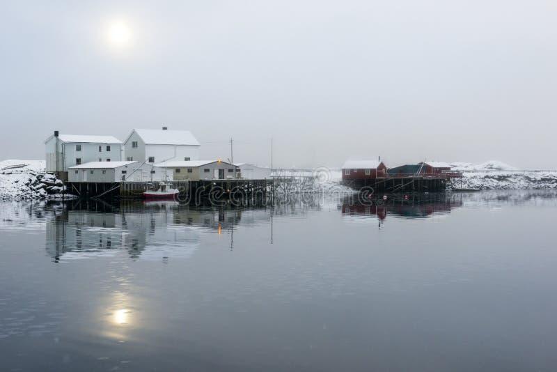 Liten fiskestation på Lofoten öar, Norge royaltyfria foton