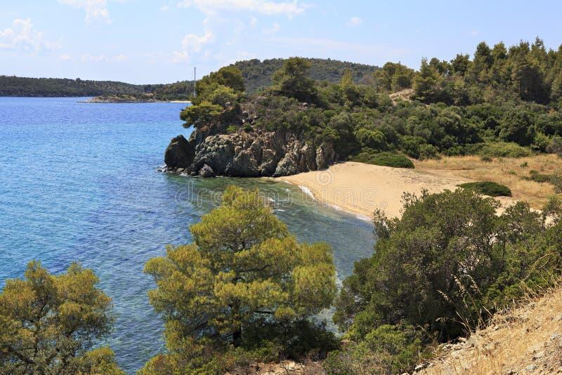 Liten fjärd med en sandig strand på det Aegean havet fotografering för bildbyråer