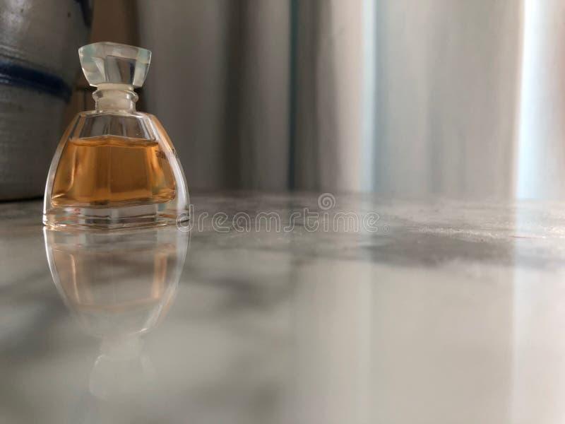 Liten flaska av doft i formen av en pyramid 02 royaltyfri bild