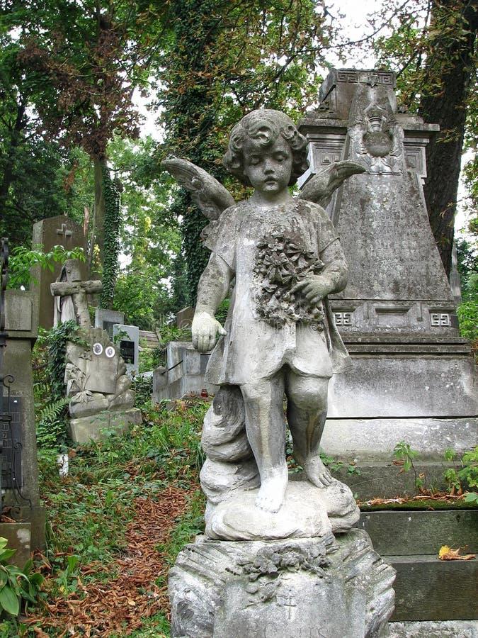 Liten flicka-ängel för forntida stenskulptur med vingar arkivbilder