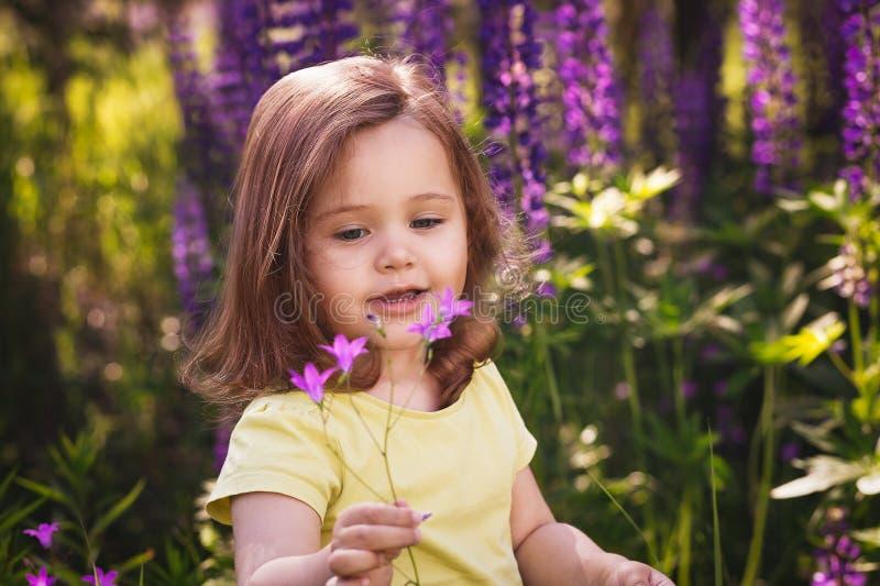Liten flicka bland blommorna royaltyfri foto