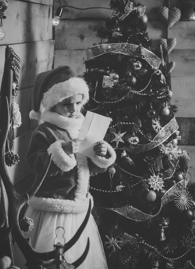 Liten flicka för nytt år med papper royaltyfri fotografi