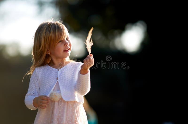 Liten flicka 4 gamla år, blont hår, solig dag arkivfoton